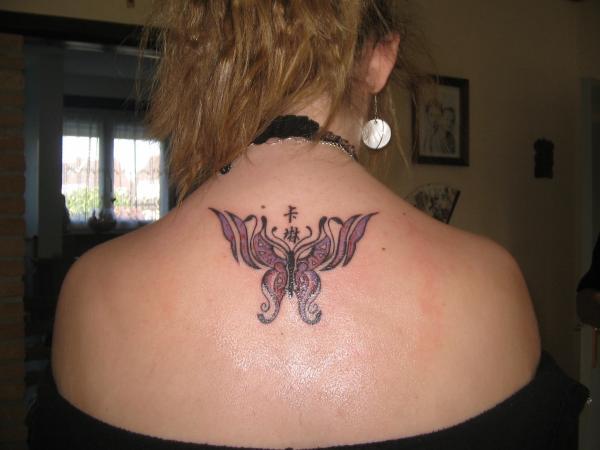 Tatouage dun papillon dans le haut du dos avec 2 petit signe chinois tattoo tattooskid - Tatouage ailes dans le dos ...